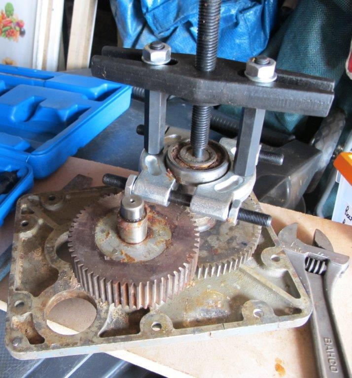 Pedestal Gearbox pulling bearings.jpg